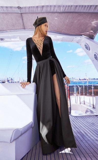 Черное платье с рукавами и вырезом