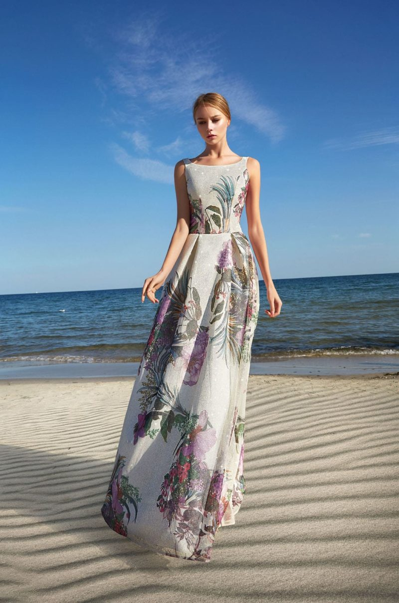 Длинное вечернее платье с крупным цветочным принтом