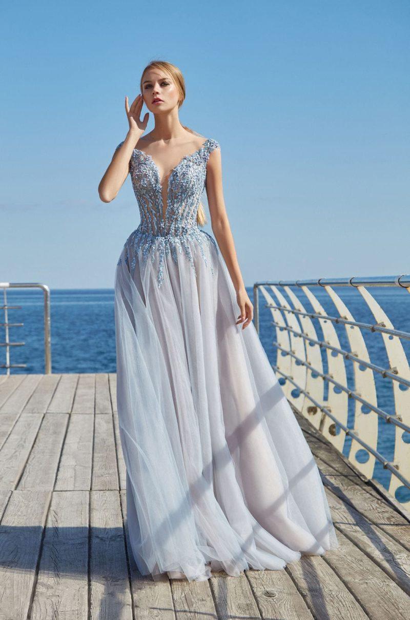 Платье А-силуэта с нежным декором и юбкой в пол