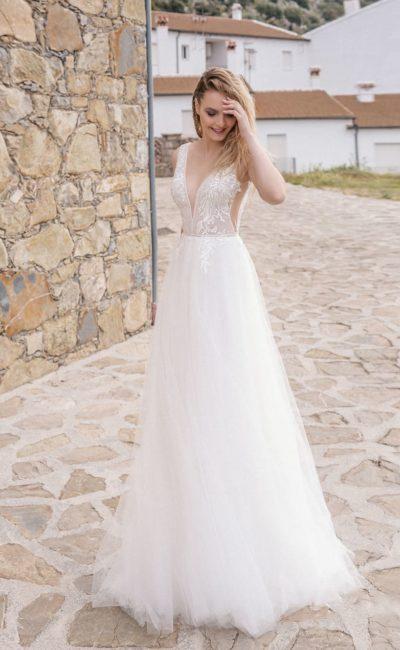 Белоснежное открытое платье А-силуэта