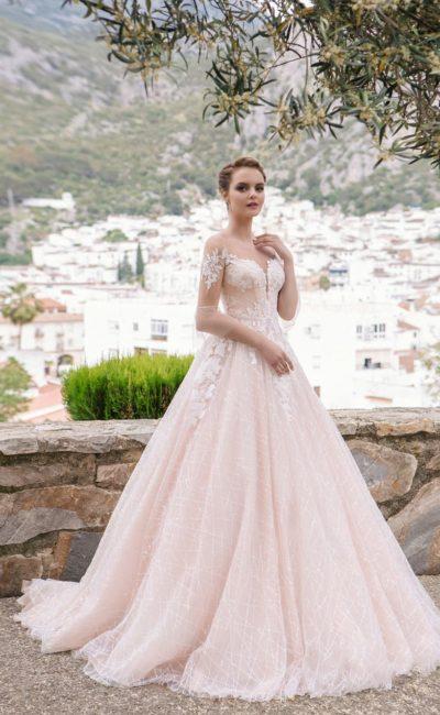 платье с длинным шлейфом и богатым декором