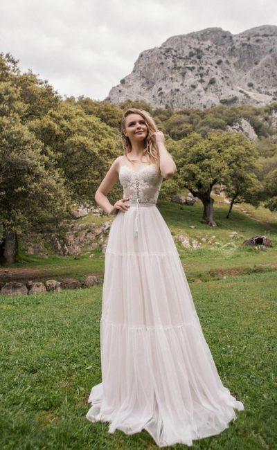 Платье состоящее из изящного кружевного боди и юбки