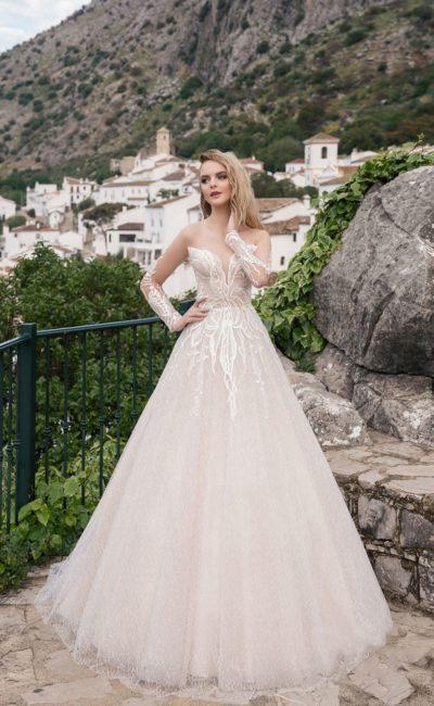 Платье с вышитым мотивом украшает лиф с глубоким вырезом