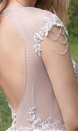 Необычное платье А-силуэта сочетает два оттенка