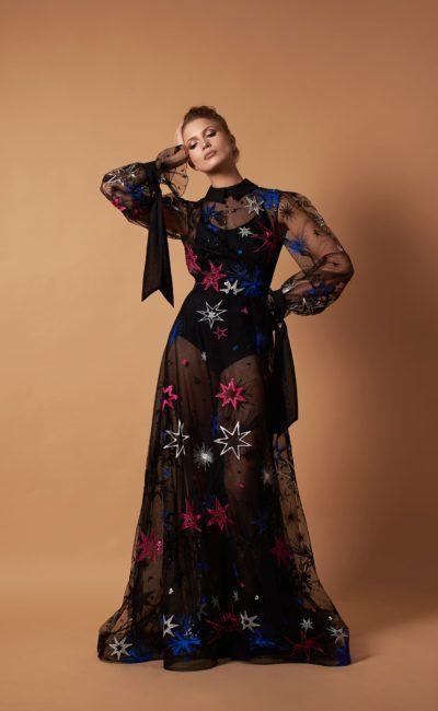 Смелое вечернее платье в пол с ярким декором