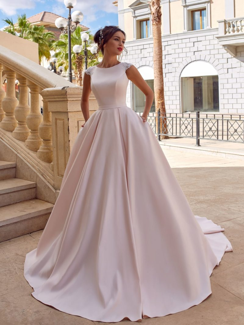элегантное минималистичное платье со шлейфом