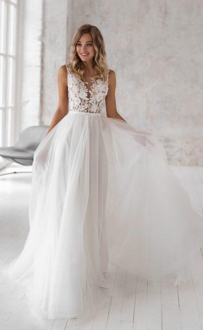Легкое свадебное платье с приталенным силуэтом