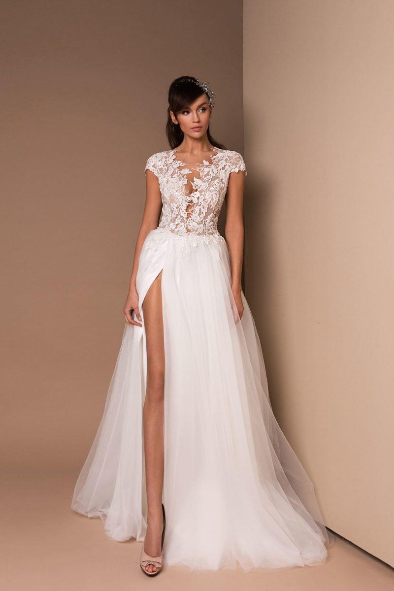 Свадебное платье А-силуэта с юбкой из многослойного фатина