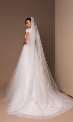 Прямое свадебное платье с кружевом