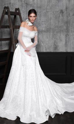 Элегантное свадебное платье с длинным шлейфом