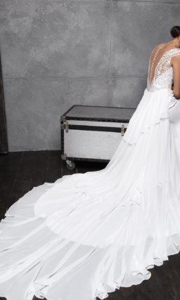 Приталенное свадебное платье с асимметричной юбкой