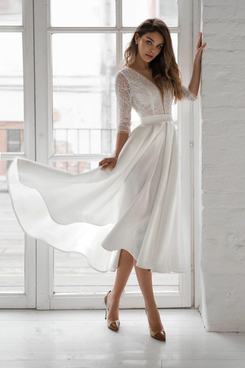 Летнее свадебное платье миди с расклешенной атласной юбкой