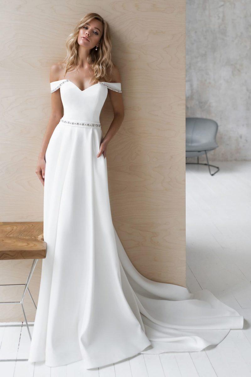 Атласное свадебное платье с юбкой, расклешенной от пояса