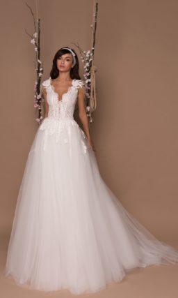 Романтичное свадебное платье с длинным шлейфом