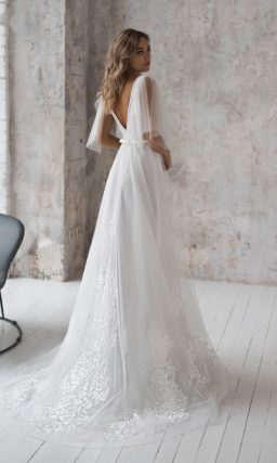 Приталенное свадебное платье из прозрачного фатина