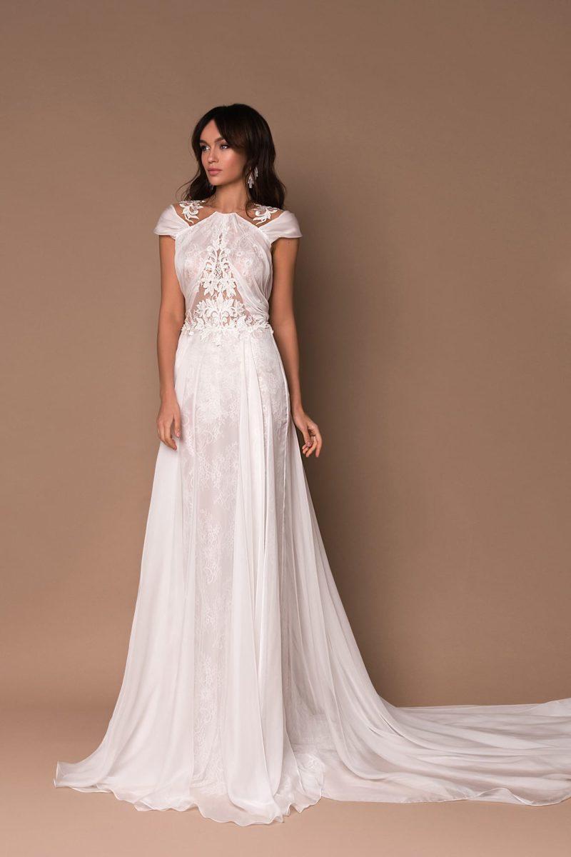 Свадебное платье прямого кроя с длинным шлейфом