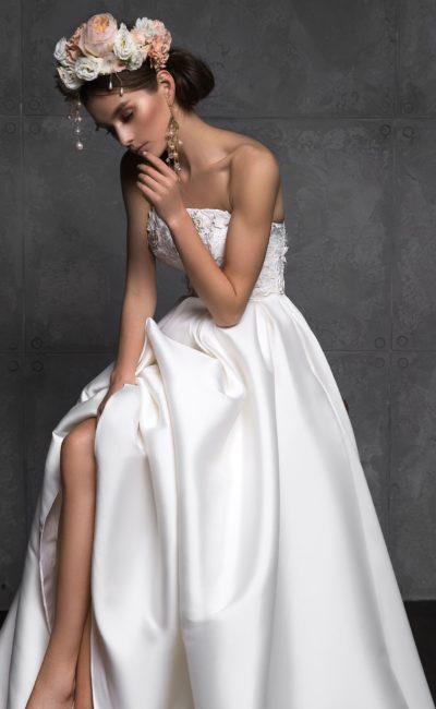 Минималистичное свадебное платье с длинным шлейфом