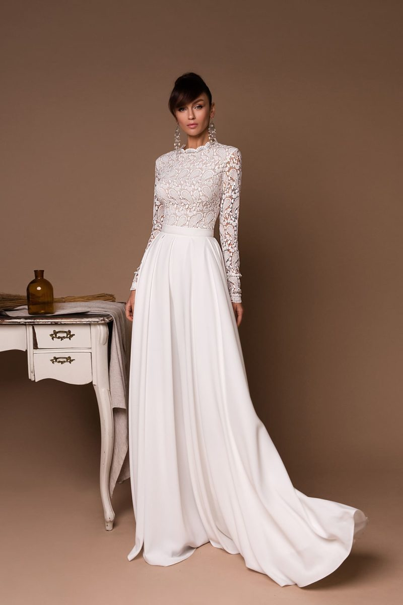 свадебное платье со свободной шелковой юбкой