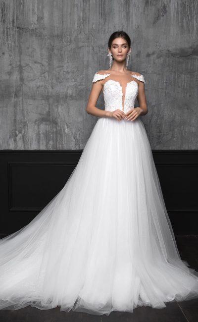 Воздушное свадебное платье с длинным шлейфом