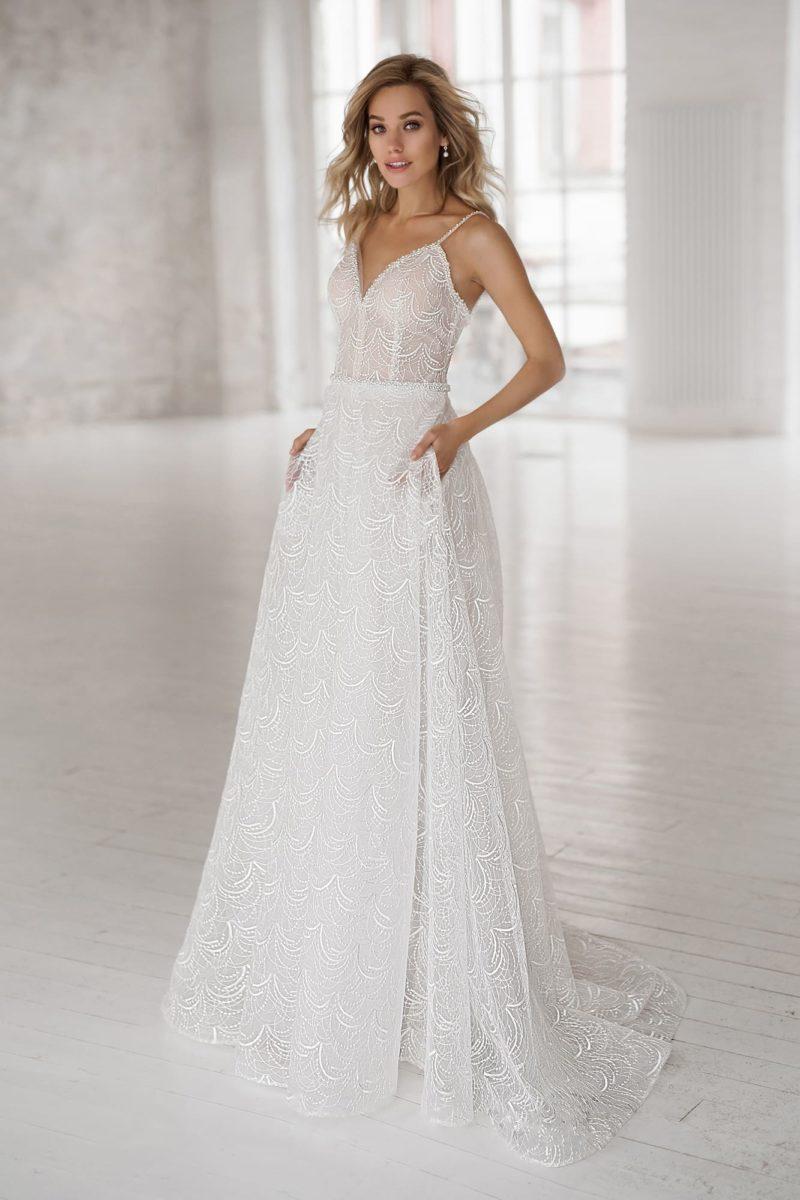 Легкое приталенное свадебное платье из нежного фатина