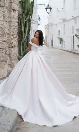 Атласное пышное платье