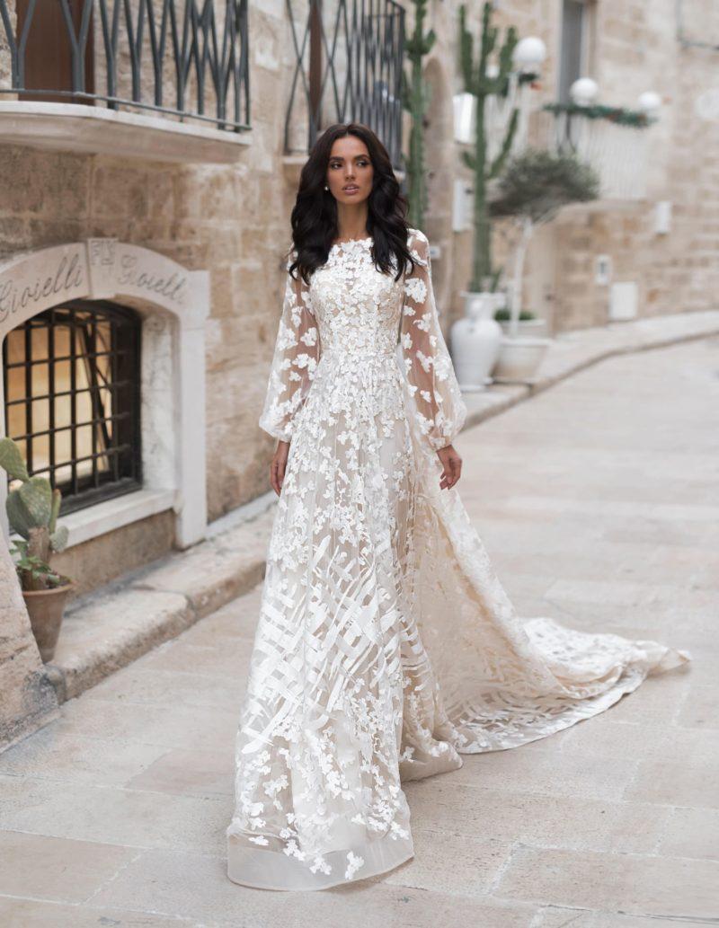 приталенное свадебное платье светлого оттенка