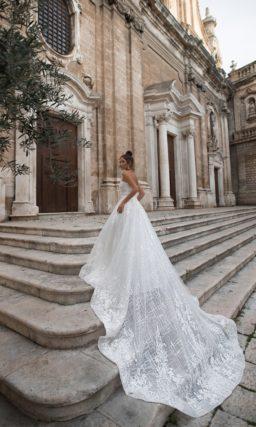 Пышное свадебное платье-бюстье с длинным шлейфом