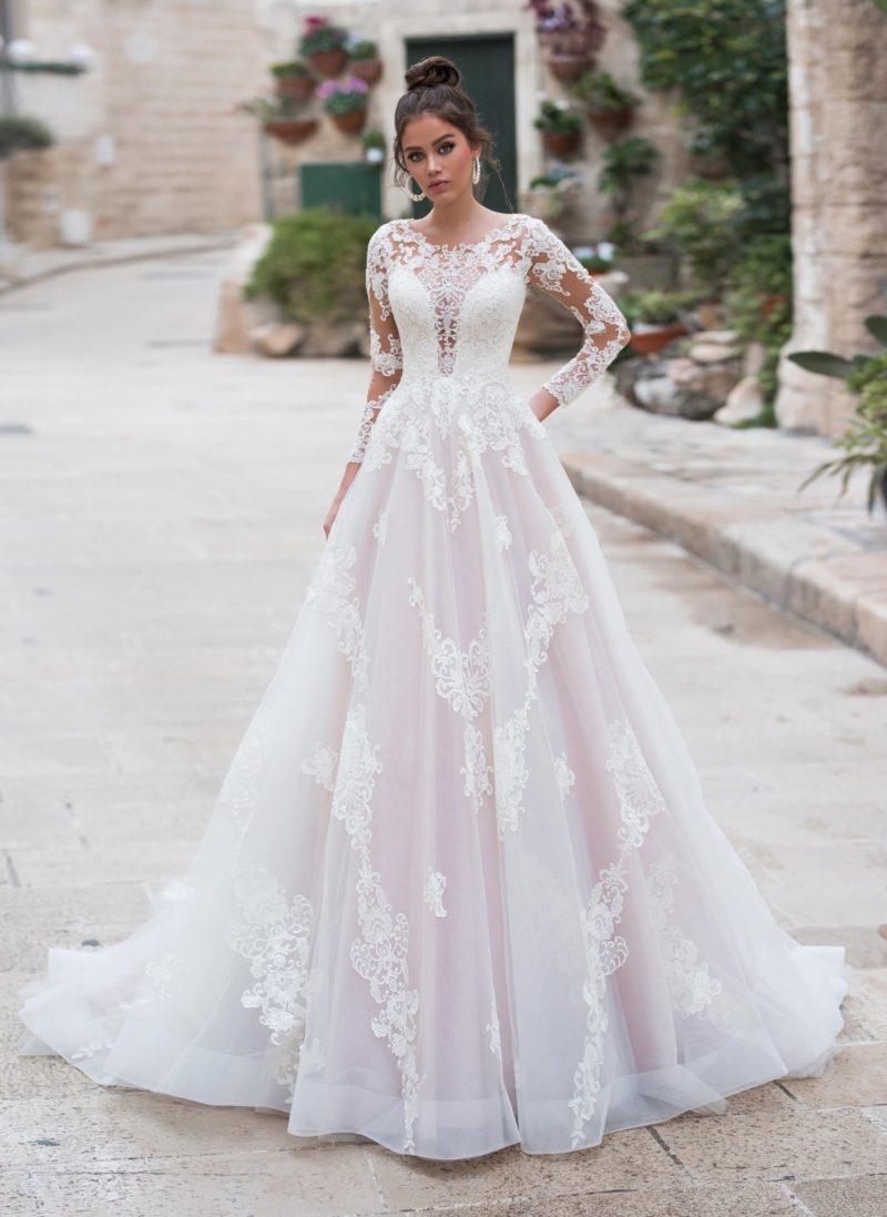 нежное свадебное платье с пышной юбкой и длинными рукавами
