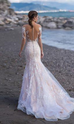 Женственное свадебное платье силуэта «русалка» цвета капучино
