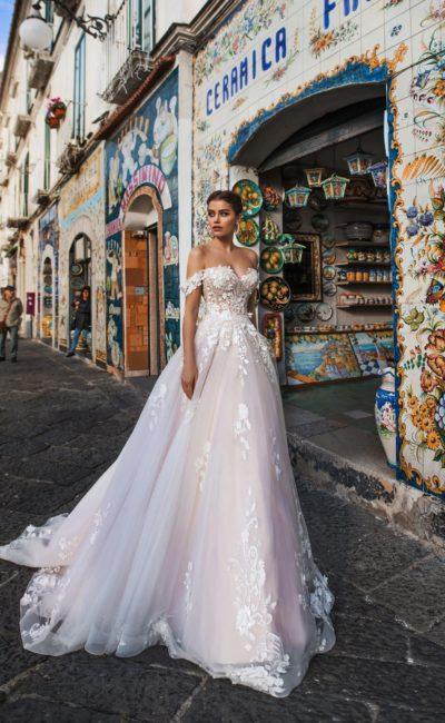 Чувственное свадебное платье с открытыми плечами