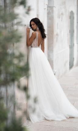 Легкое платье с воздушной юбкой и открытой спиной
