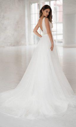 Пышное свадебное платье с пышной многослойной юбкой