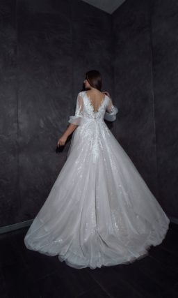Свадебное платье с блестящей юбкой со шлейфом