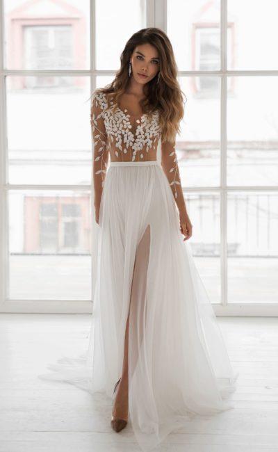 Изысканное приталенное свадебное платье с длинными рукавами
