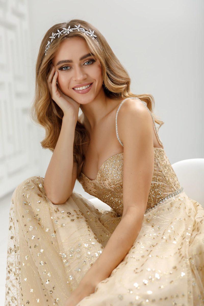 Приталенное вечернее платье цвета золота