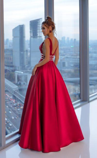 Пышное вечернее платье с юбкой в пол из атласа