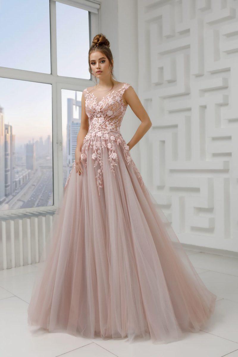 Нежное вечернее платье с пышной юбкой в пол
