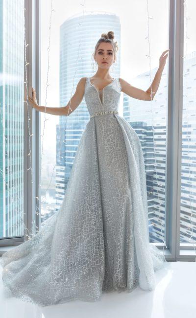 Длинное серебряное вечернее платье