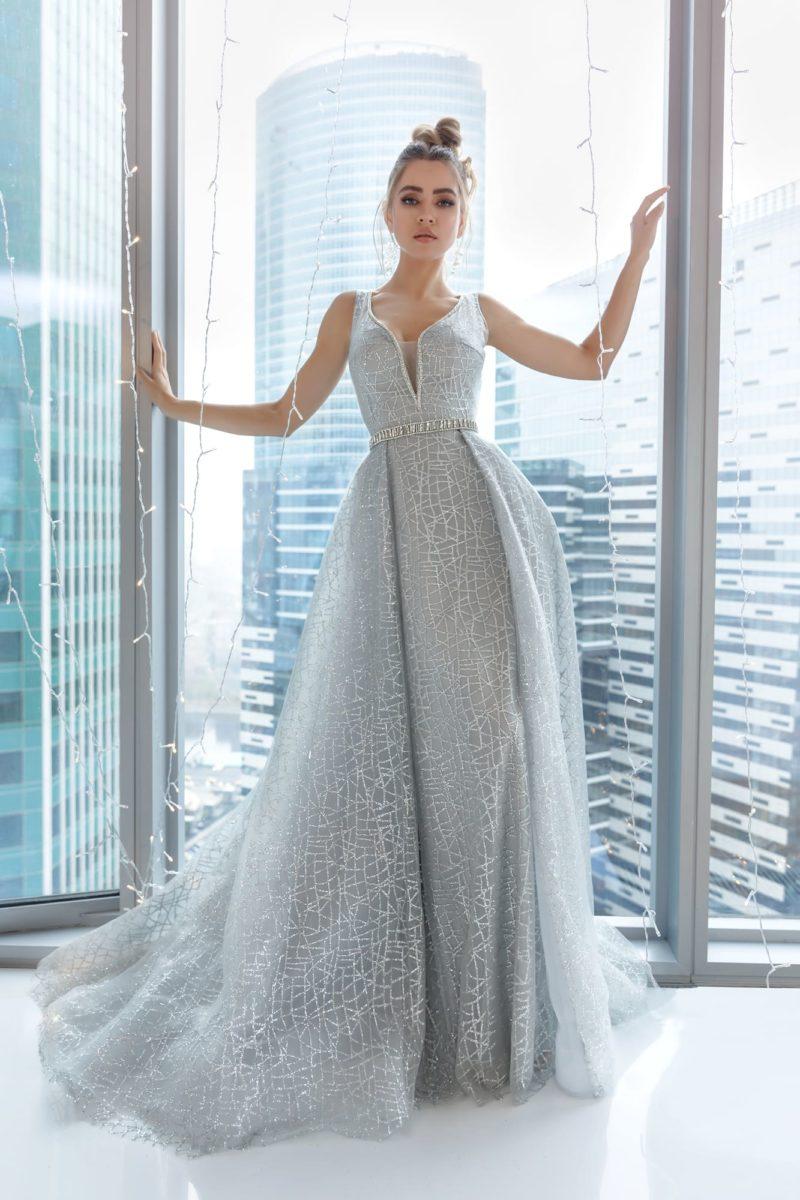 Длинное вечернее платье цвета серебра