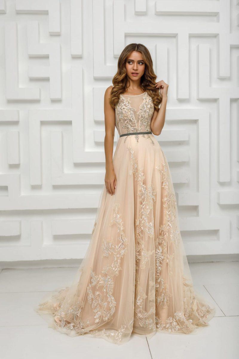 Длинное вечернее платье из бежевого шифона