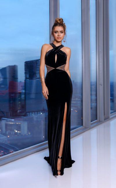 Длинное платье из черного бархата