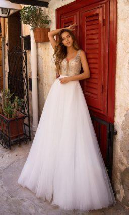 Белое платье с юбкой в пол