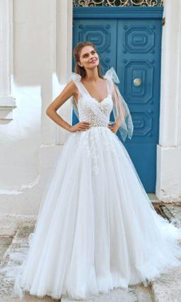 Свадебное платье цвета айвори с пышной юбкой