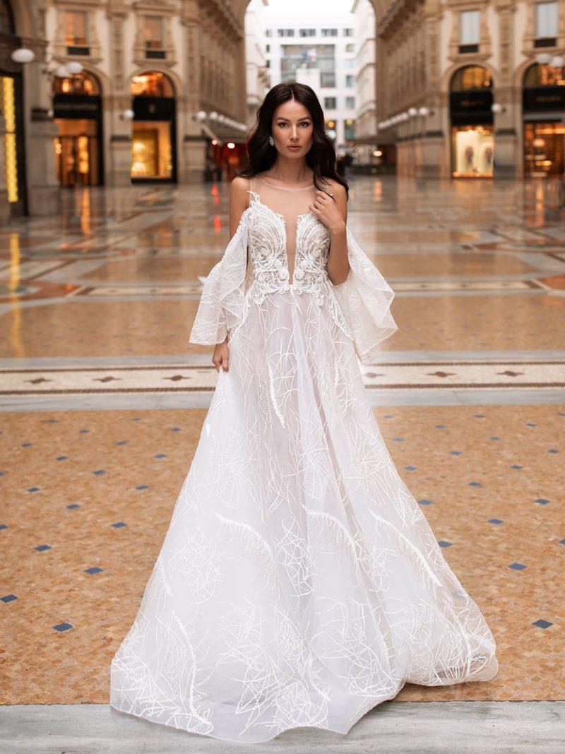 Открытое свадебное платье с расклешенной юбкой