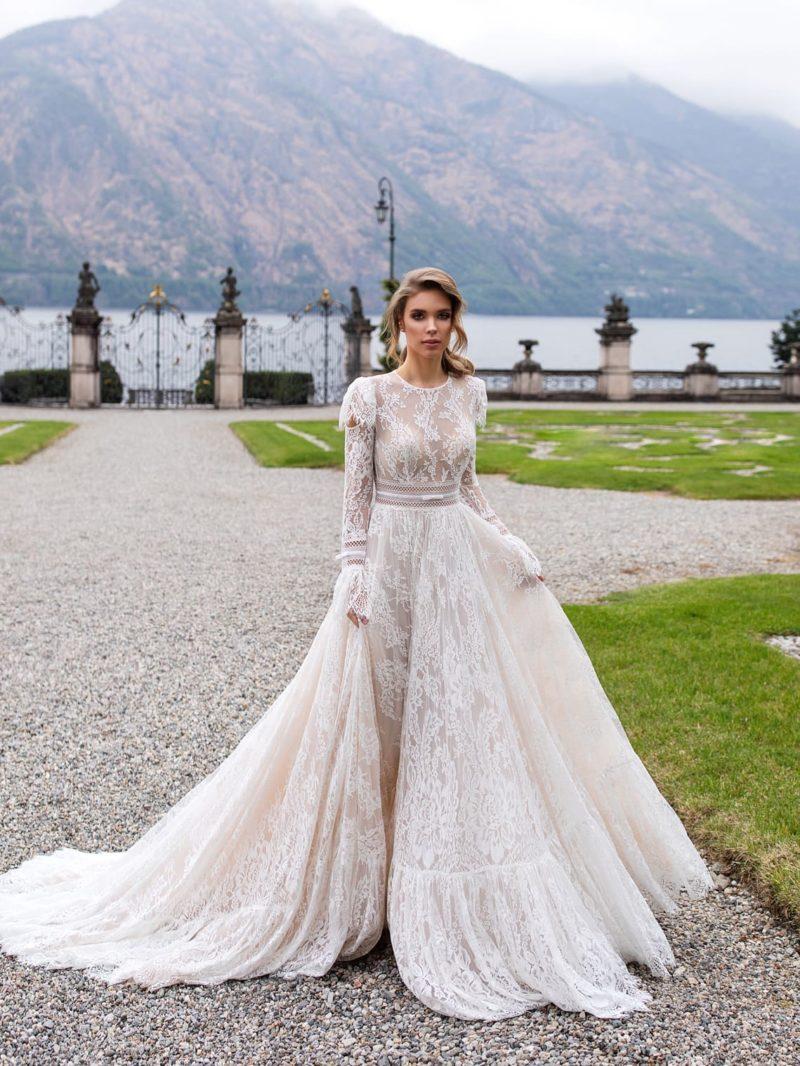 Пышное свадебное платье из кружева пудрового цвета