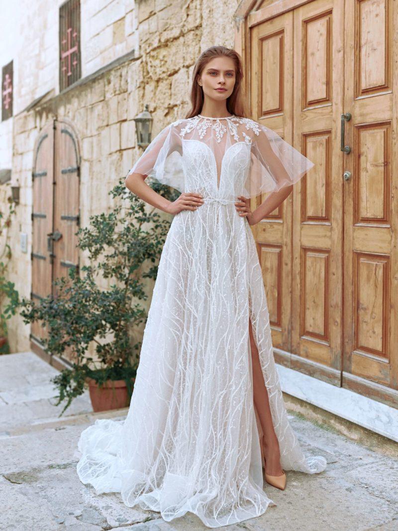 Приталенное свадебное платье со свободной юбкой