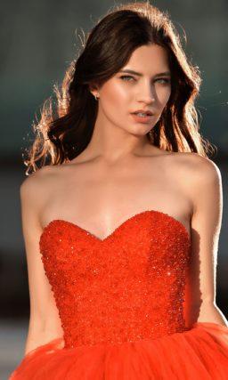 Красное пышное вечернее платье