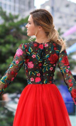 Красивое платье с красной юбкой