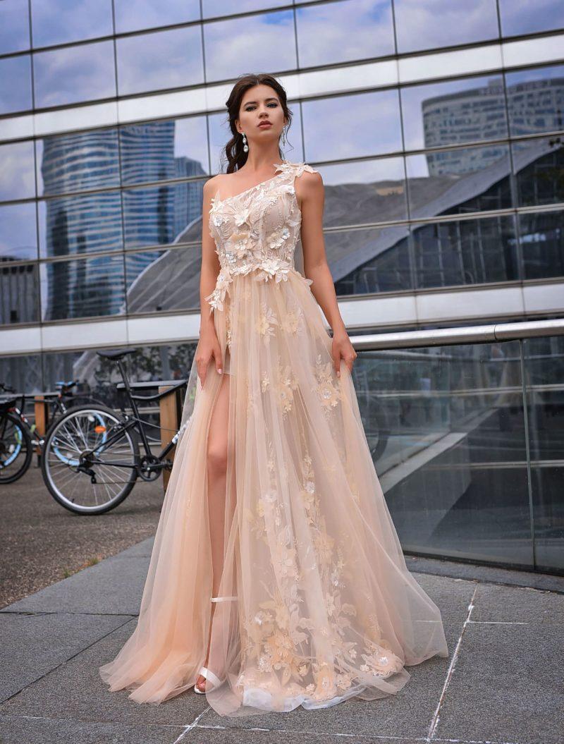 Изысканное вечернее платье теплого бежевого оттенка
