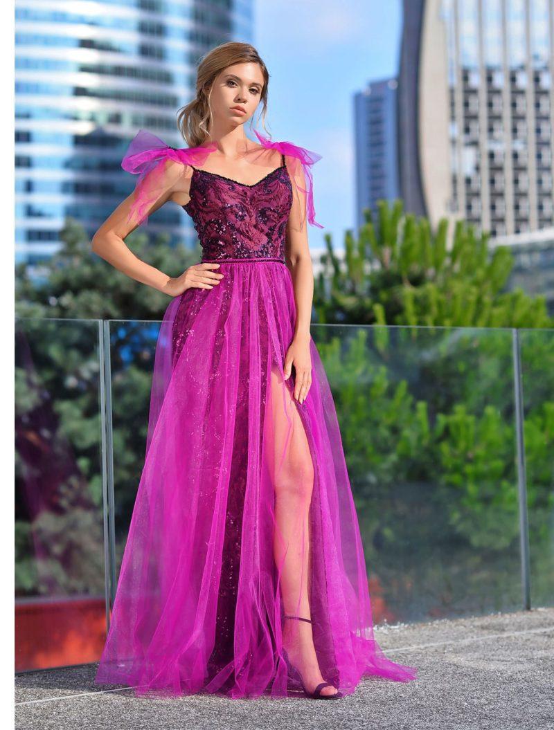 Длинное вечернее платье яркого сиреневого цвета